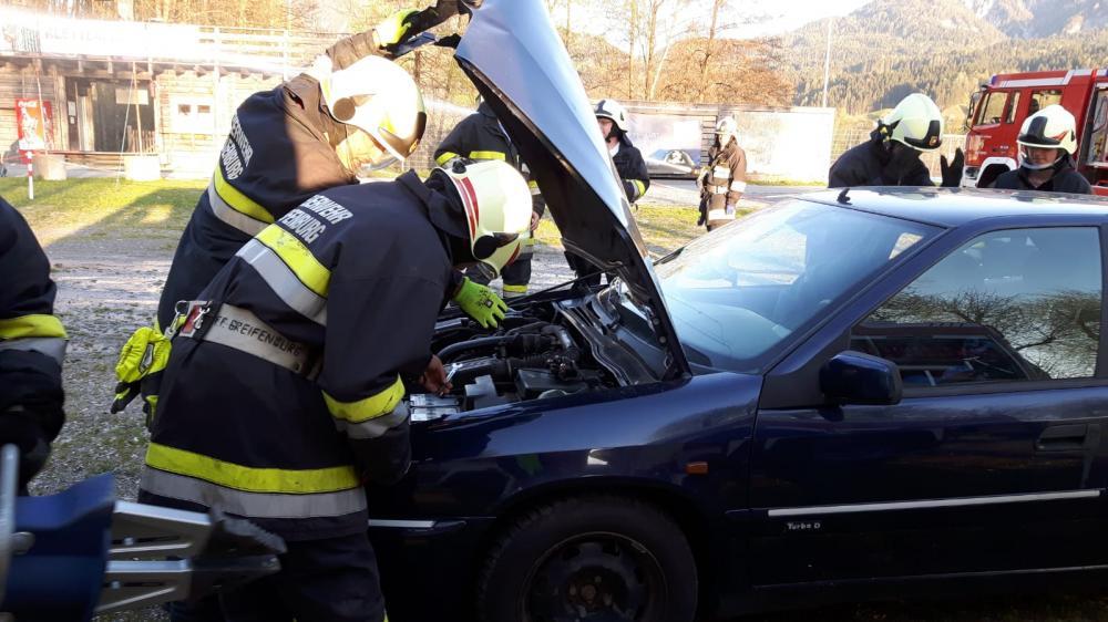 Verkehrsunfall mit eingeklemmten...